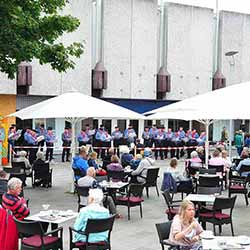 Gesangverein Harmonie -Sande vor dem alten Karstadt-Sport-Haus am Sachsentor Bergedorf