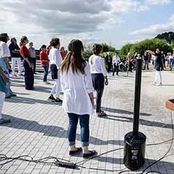 Blankenese singt! Eine Einladung zum Mitsingen, Leitung: Karin Klose, am neuen Leuchtturm am Blankeneser Elbstrand, Foto: Kay Winter / winterpol.net