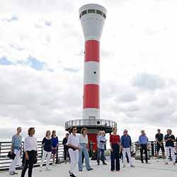 """Montagschor Blankenese"", Leitung: Karin Klose, am neuen Leuchtturm am Blankeneser Elbstrand"