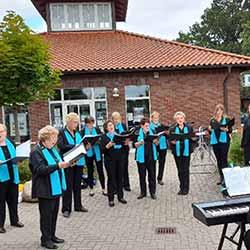 Liedertafel Harmonia von 1873 e.V. Ochsenwerder auf dem Marktplatz Fünfhausen, Leitung: Michael Georgi