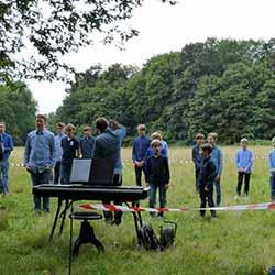 """Kinderchor """"Die Jungs"""", Leitung: Jens Pape, im Amsinckpark Lokstedt. Foto: Ulf Werner"""